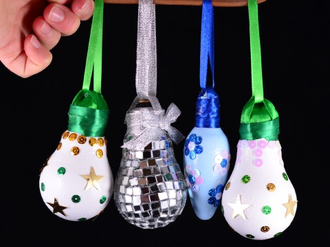 Christmas ornaments | DIY Reuse of old light bulb