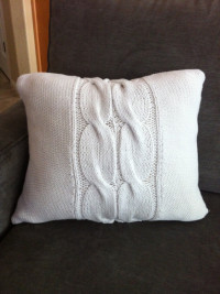 UPCYLED – Granny Knit Sweater Throw Pillow | DIY