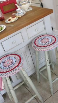 Cosmos and Cotton: Granny circular stool cover