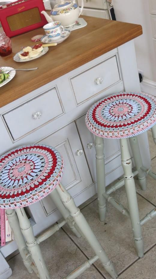 Cosmos and Cotton: Granny circular stool cover